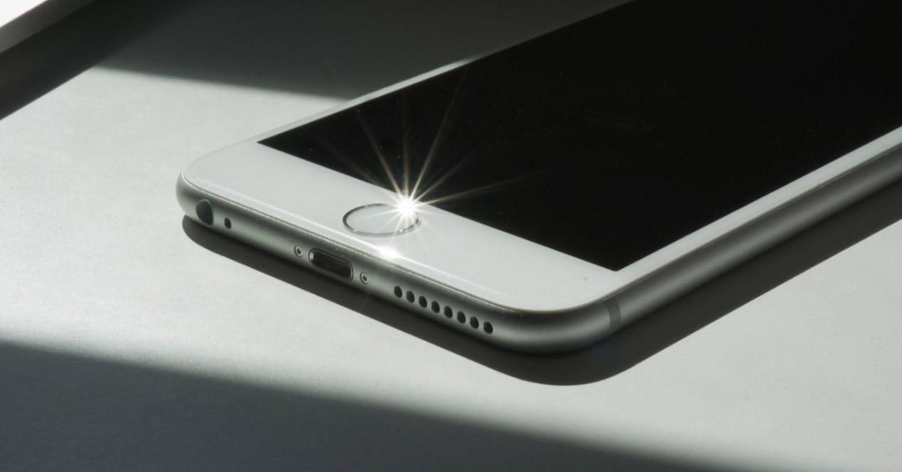 Parte inferior frontal de un móvil iPhone
