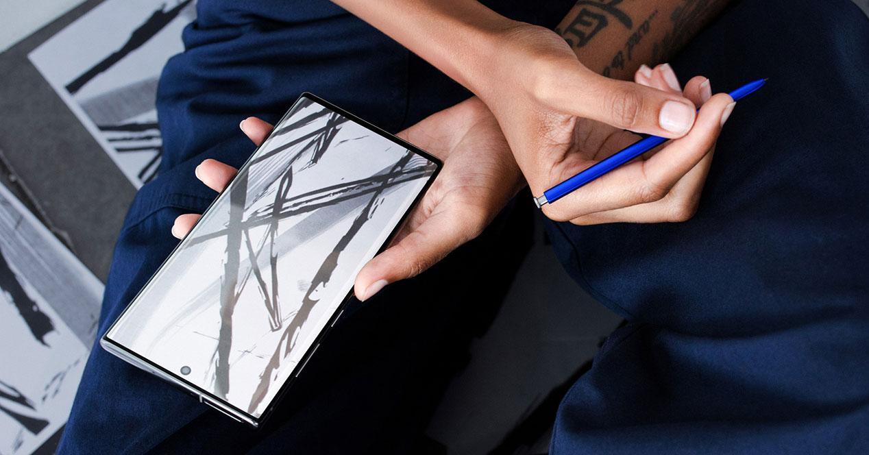 Samsung Galaxy note 10 en mano