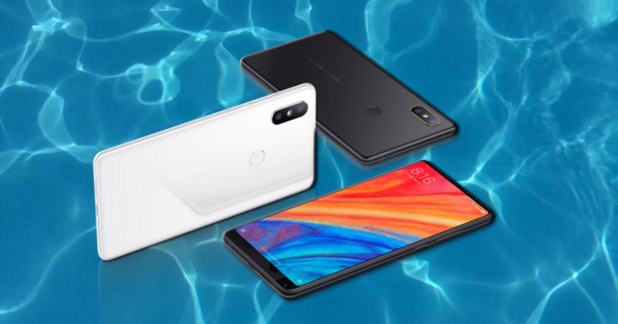 Xiaomi Mi Mix 2s en blanco y negro sobre fondo de agua