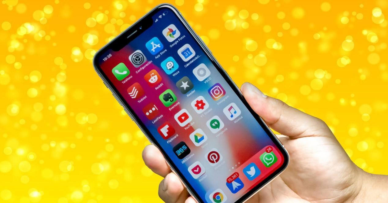 iPhone X sobre fondo amarillo