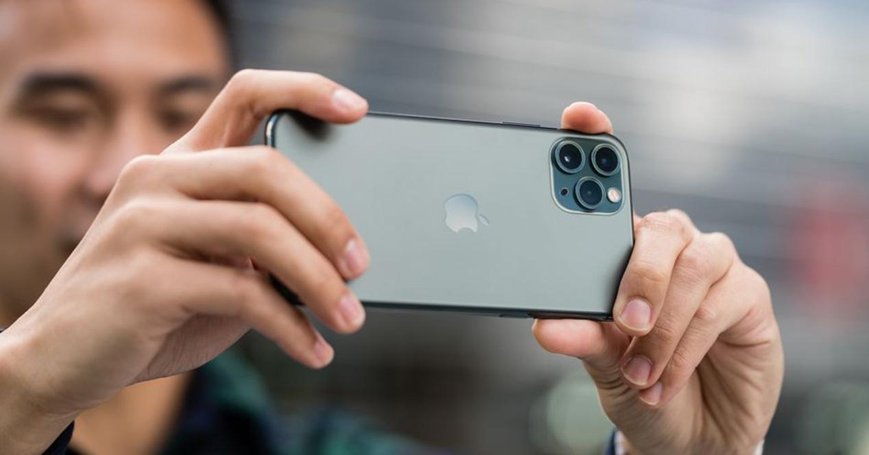 Sacando foto con la triple cámara del iPhone 11 Pro