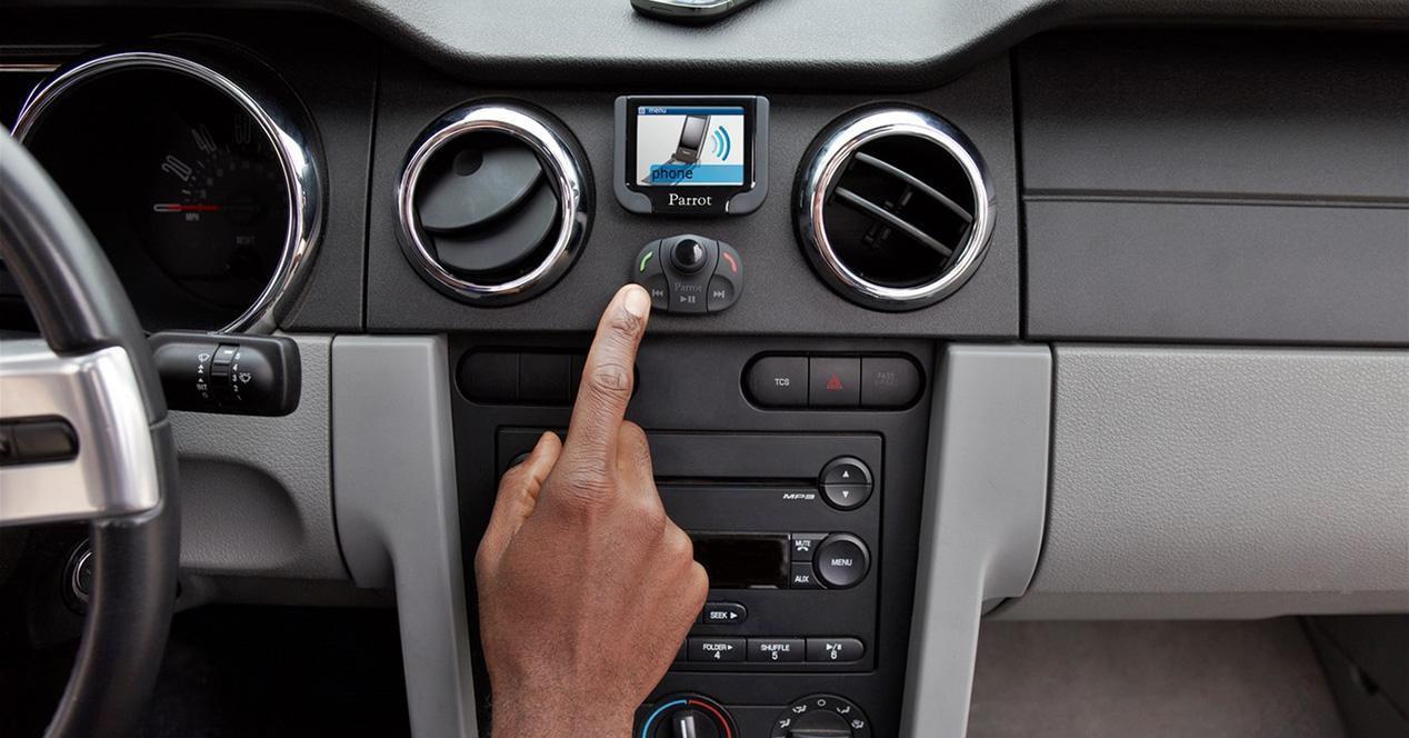 usando un manos libres en el coche