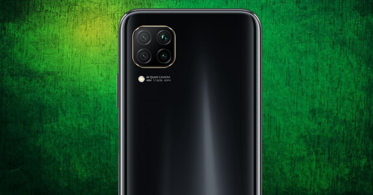 Huawei P40 Lite sobre fondo verde