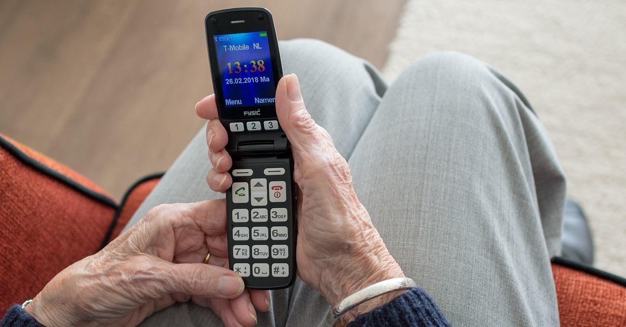 Movil de tapa persona mayor