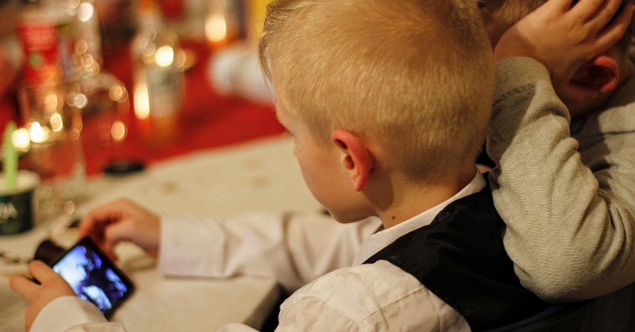 niños mirando un movil