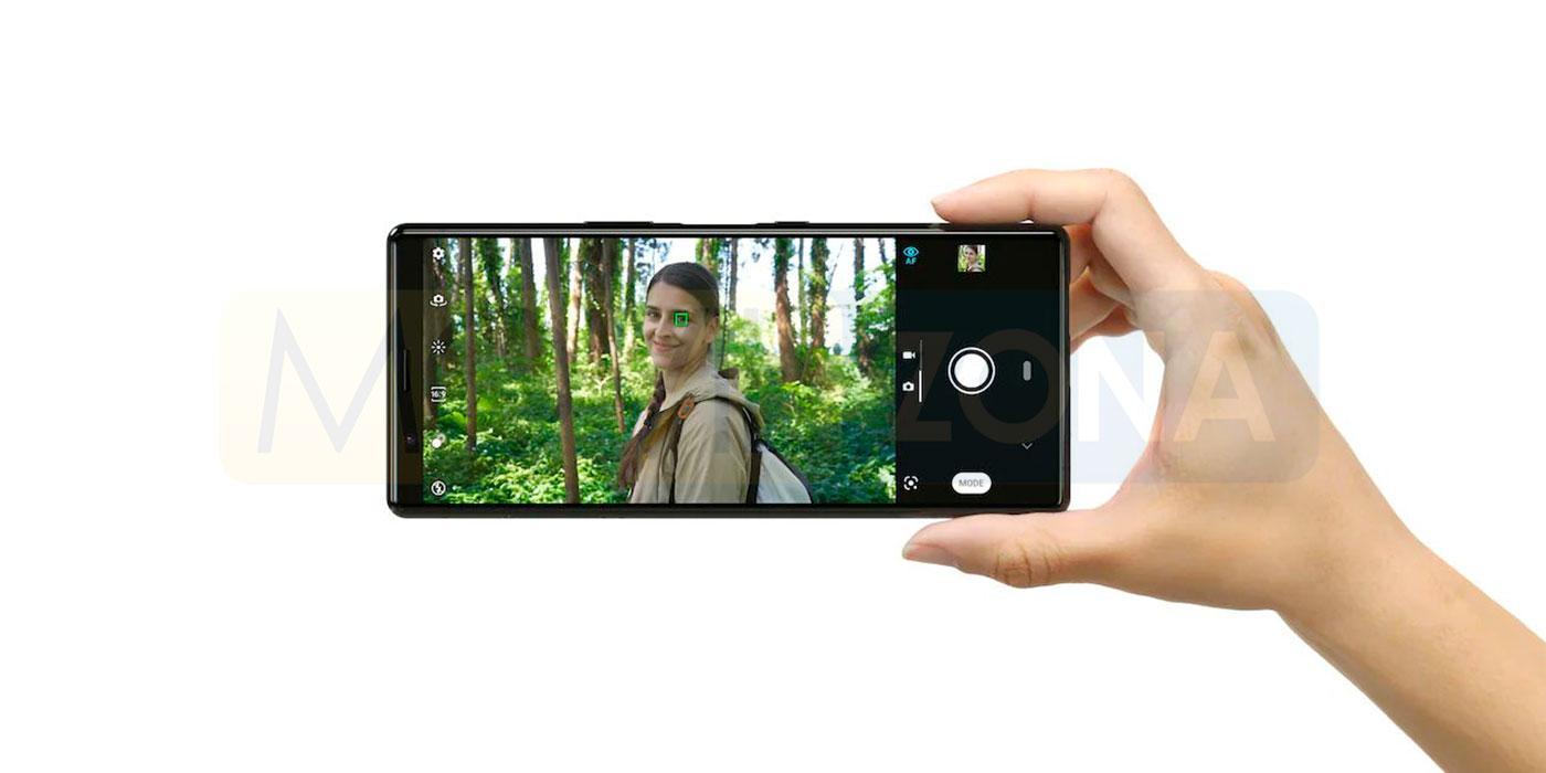 Sony Xperia 5 en mano