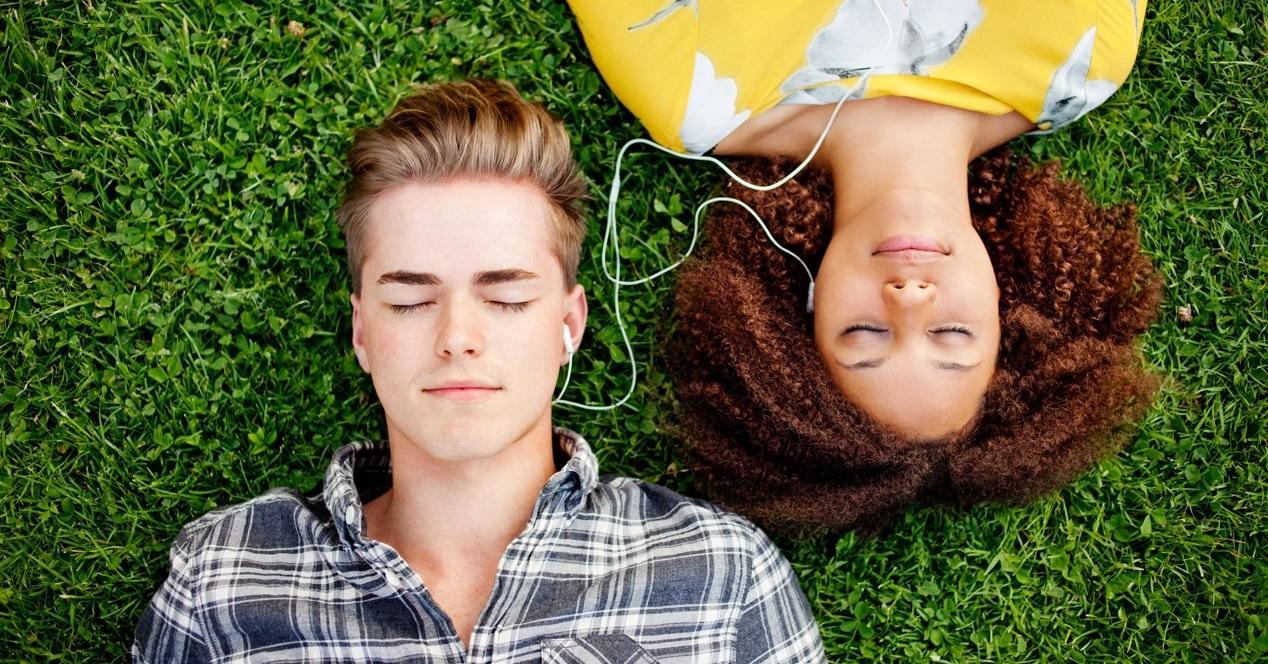 dos personas compartiendo música
