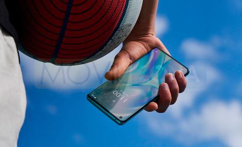 OnePlus 8 en mano fondo cielo