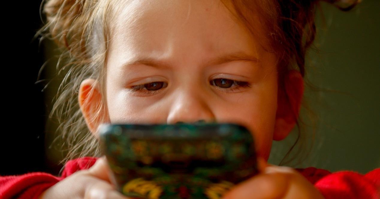 niña con un móvil