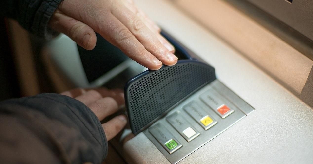 tocar cajero automático