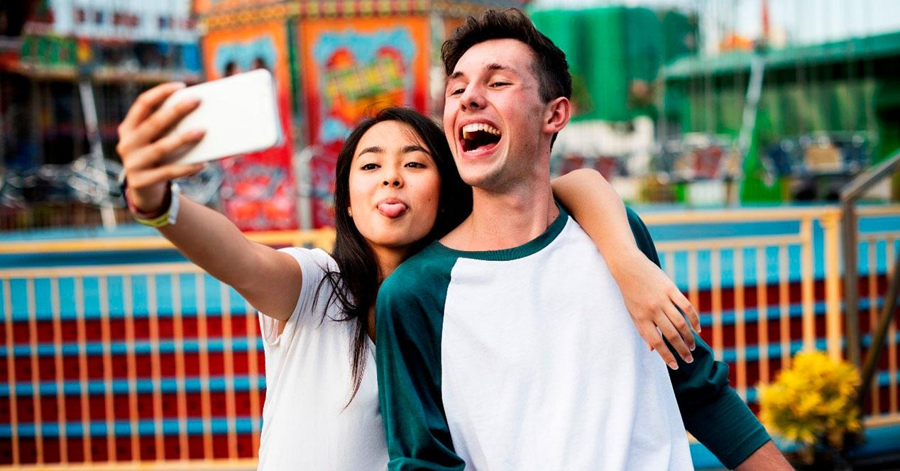 Chica y chico haciendo un selfie
