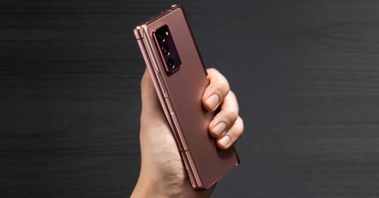 Galaxy Z Fold2 en la mano