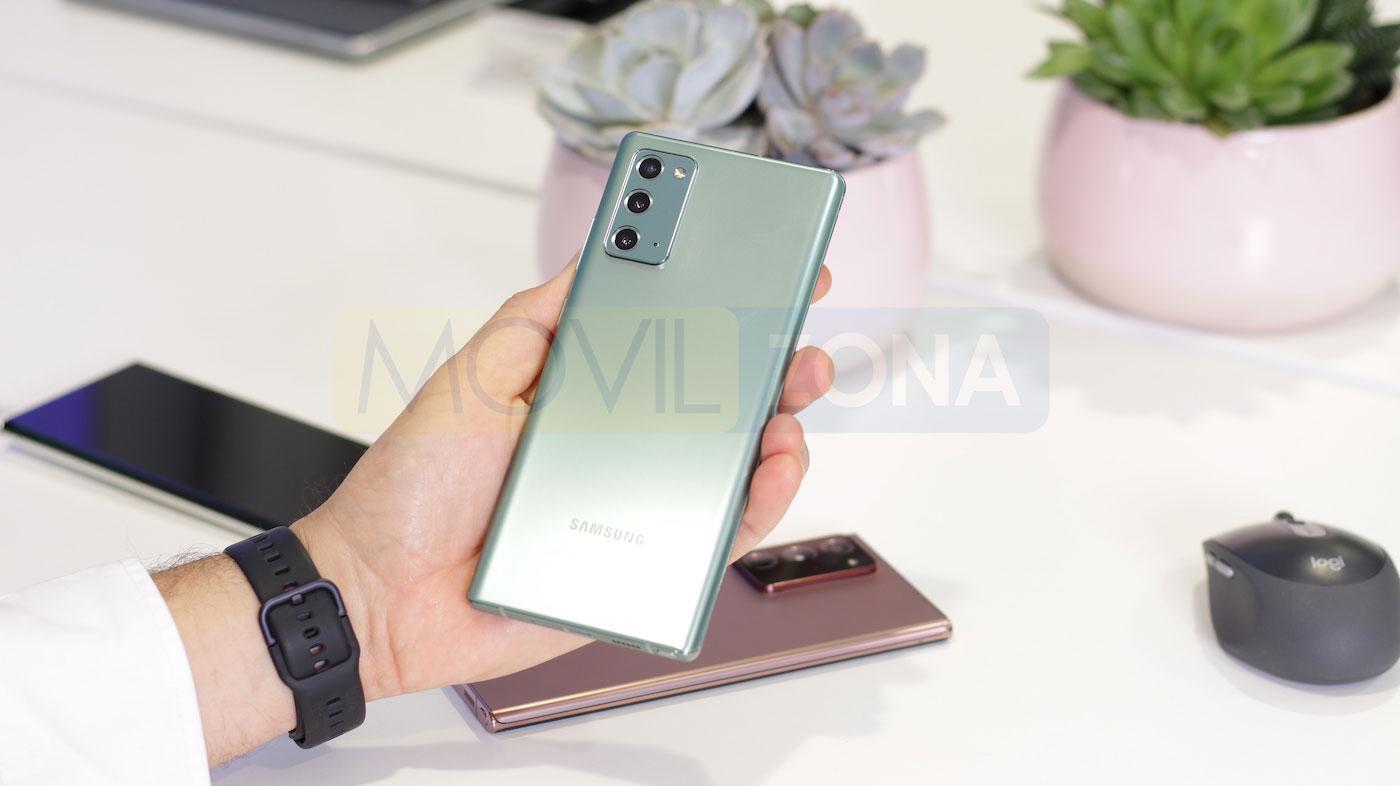 Samsung Galaxy Note 20 en mano