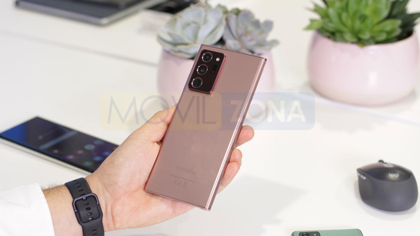 Samsung Galaxy Note 20 Ultra en mano