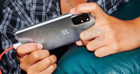 OnePlus 8T en mano