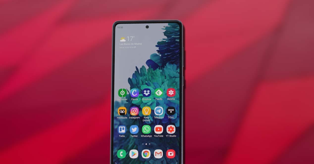 Teléfono Samsung Galaxy S20 FE con fondo rojo
