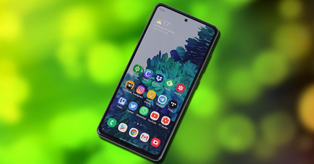 Teléfono Samsung Galaxy S20 FE con fondo verde