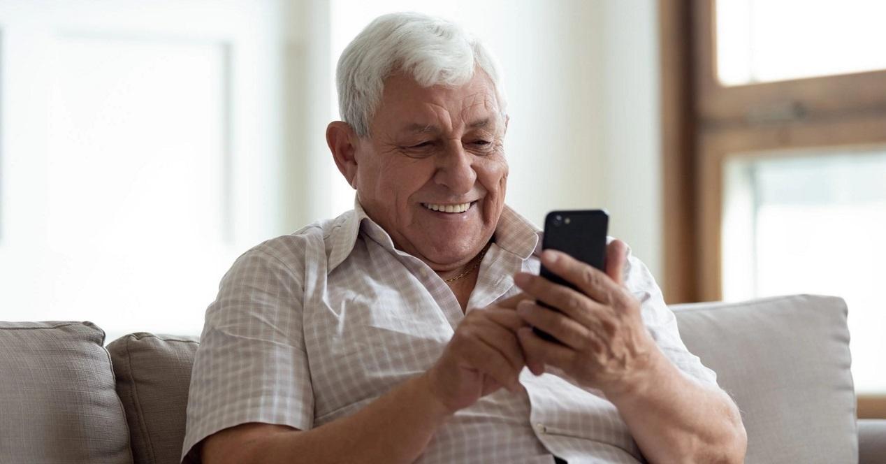 persona mayor con el móvil
