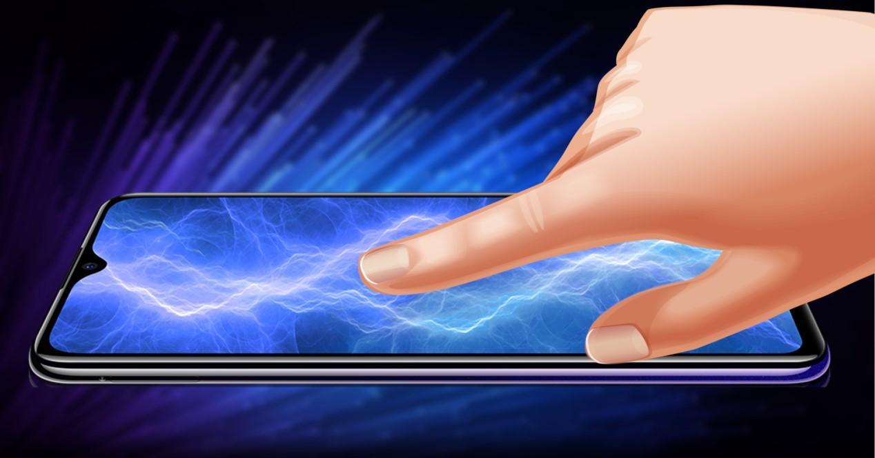 dedo tocando pantalla de un movil