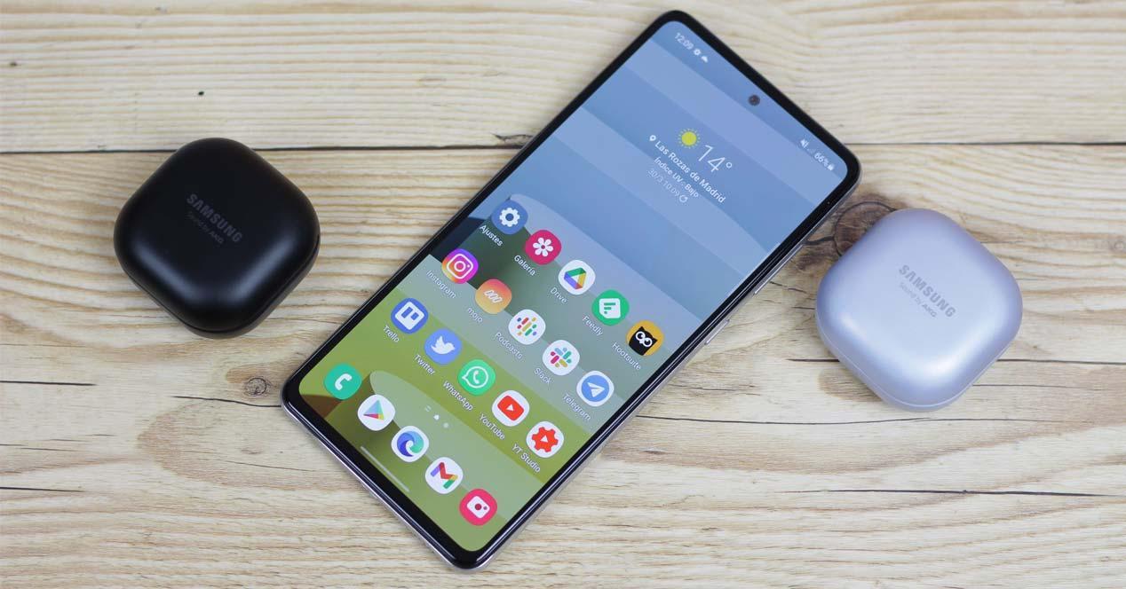 Teléfono review-potencia en una mesa