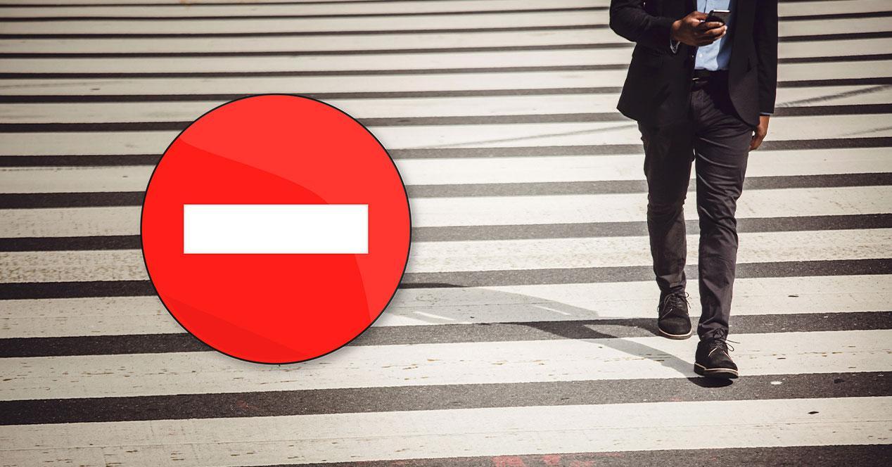 prohibido andar movil mano calle