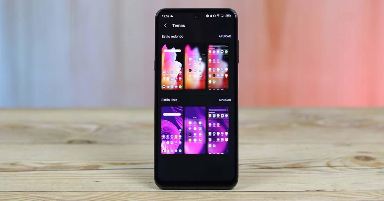 Teléfono TCL 20 5G con fondo de colores