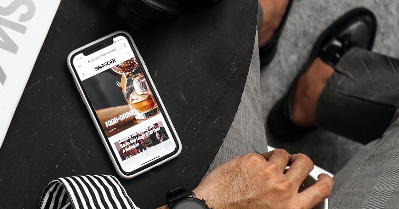 Smartphone apple y hombre de negocios