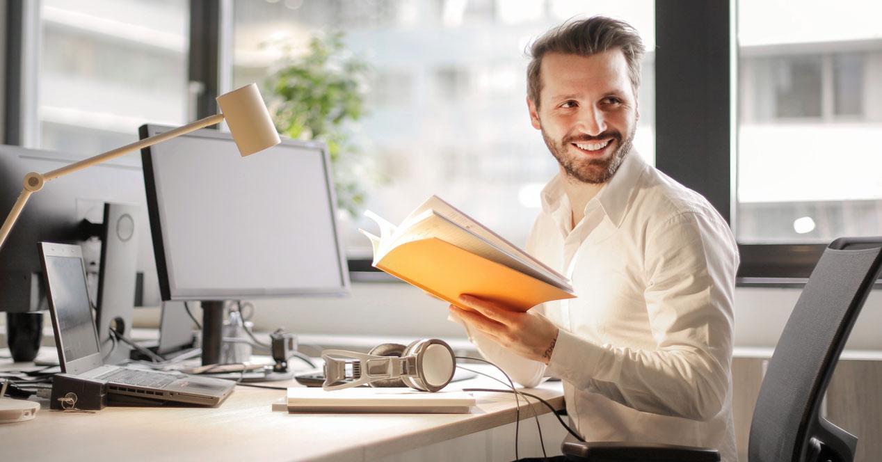 Hombre en ordenador