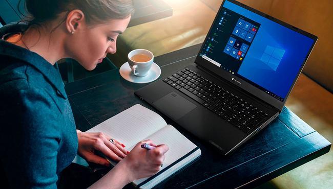 Chica con ordenador portátil