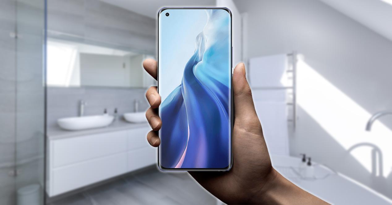 Usar el móvil en el baño