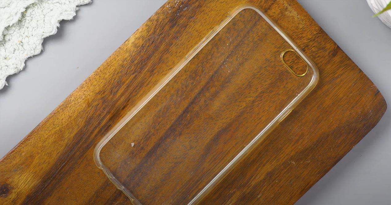 Funda transparente amarilla del móvil